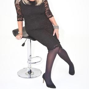 Elegant flatterende blondekjole men shaping underkjole i kraftig materiale, som holder godt på former og give godt figur.   92% bomuld, 8% elastane.   Str.M/L  Af Venus Cow - made in England.