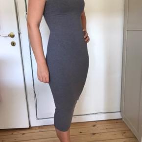 Grå bodycon kjole med strech stof og semi høj hals.   Rigtig rar at have på  🌼Bytter ikke🌼 🌸Kan afhentes eller sendes igennem Trendsales på købers regning🌸  #trendsalesfund