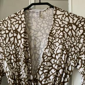 Den populære Diane Von Furstenberg slå-om-kjole i silke. Ældre model, men kun brugt en gang og som ny.  Str. 8 (36/38)   Nypris kr 1800 / Sælges for 600,-  Køber betaler evt forsendelse