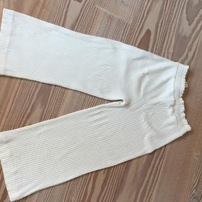 Hvide bukser fra zara  Str 140  BYD Som nok kan se er der en lille brun plet bag på bukserne men det ligger man ikke mærke til. Skriv pb for flere billeder