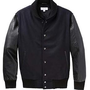 Soulland Dan Varsity Jacket  Flot mørkeblå/sort jakke 80% Uld og 20% polyamid, ærmerne er i sort skind. Brugt få gange og i fin stand. Købspris 2900 kr Porto 44 kr