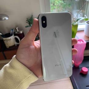 Sælger min iphone xs max 64 GB. Den fejler absolut ingenting. Den har altid haft panserglas på men kan dog godt trænge til et nyt.   Den er fra december 2018.   BYTTER GERNE TIL IPHONE 7 PLUS ELLER 8 PLUS + PENGE MIN VEJ  Skriv endelig for flere billeder eller hvis i har spørgsmål :)