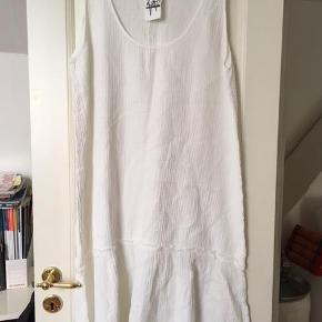 Ny kjole fra aj 117 project.- sælger den også i beige. Løs og let i faconen.  Passer str M, 38.  Mål: ca 2 x 59 cm omkring brystet 89 cm lang (men lidt længere i siderne)  Sælger meget andet fra samme mærke samt mange andre - se mine mange annoncer