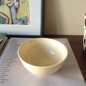 Sart gul/cremefarvet keramik skål. Ca. 11x6,5 cm.  Fast pris.  Mødes og handle på Nørrebro i området: Runddelen, Jægersborggade og Stefansgade. - Sender ikke.  Bytter ikke.