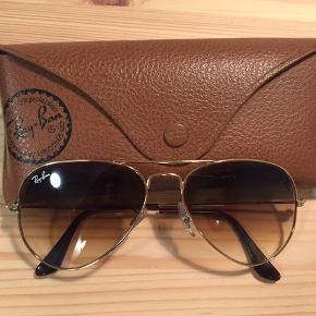 Flotte Ray Ban Aviator solbriller. Købt for nogle år siden i en brilleforretning men er kun brugt få gange. Nypris 1300kr. Byd