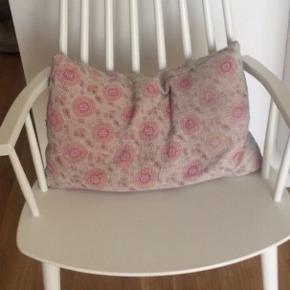 HAY stol i hvidlakeret bøgetræ J110 stol Nypris: 1.799 kr.  B: 53 cm.  D: 60 cm.  H: 106 cm.  Sædehøjde: 44,5 cm.  Få brugsspor Varen er også til salg på andre sider Prisen er ikke til forhandling