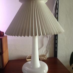 Royal Copenhagen Fleur bordlampe Med Le Klint skærm. I fin stand.  H 50 cm. Ø 38 cm.