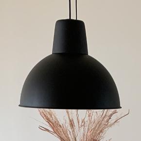 To lamper fra IKEA sælges Np: 180,-  Så gode som nye - ingen brugstegn. Sælges grundet flytning  Prisen er for dem begge