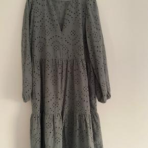 Så fin helt ny og ubrugt kjole fra PBO Kjolen er med tilhørende underkjole i det fineste broderi anglaise. Lukkes med lynlås foran Farven er støvet grøn, sart og så fin  BYTTER IKKE