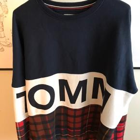 Oversize sweatshirt fra Tommy Hilfiger. Utrolig behagelig at have på, men får den desværre aldrig brugt.  Størrelsen er medium, men da den er oversize vil jeg skyde den fitter som en XL.