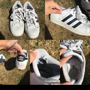 Np: 800kr. Adidas sko. Meget slidte