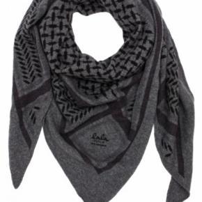Helt nyt og kvittering haves. Trekants cashmere tørklæde i mørk grå med sort og grå håndtrykt print. Model: Triangle Trinity Classic Lubecca - M Mål: 115cm x 115cm x 162cm  100% Cashmere