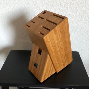 Zwilling knivblok i bambus med plads til 9 Zwilling redskaber (knive, slibestål, saks m.m.). 24 cm høj. Huller er fra 25 til 50 mm lange. Kan sendes mod porto.