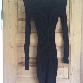 Tætsiddende kjole i elastisk stof, så kjolen smyger sig om kroppen uden på nogen måde at føles stram. Høj kvalitet