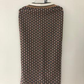 Virkelig flot nederdel fra H&M X J. BAKER i str. XS. Aldrig brugt Nypris: 350kr Mp: 200kr  Kan sendes via Trendsales handelssystem eller afhentes i Roskilde