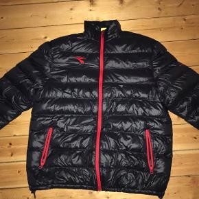 Diadora herre jakke sælges, da min kæreste ikke kan passe den. Den har aldrig været brugt, kun lagt i en skuffe siden sidste jul