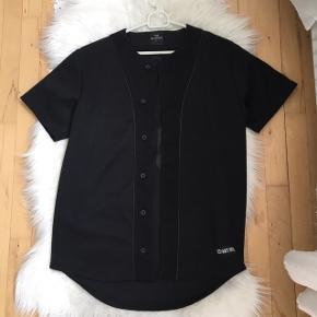 Baseball trøje fra Les Artist. Str S. Brugt 2 gange. GRATIS fragt via Trendsales