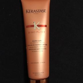Kérastase Discipline Oléo-Curl Cream 150 ml  Krøllecreme til kruset og uregerlige krøller Plejende Samler og definerer Glansgivende Er varmebeskyttende Reducerer frizz Leave-in  Anvendelse: Påføres i håndklædetørt hår. Tag en passende mængde i hænderne Fordel det jævnt i håret Skal ikke skylles ud. Føntør med diffuser eller lad håret lufttørre Style håret som du plejer.