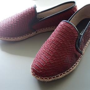 Italienske espadrillos Janessa i flot  bordeaux farve , lille størrelse 39 ., eller lidt stor 38. Blød Imiteret læder , flad hæl. Brugt få gange ,er som ny .