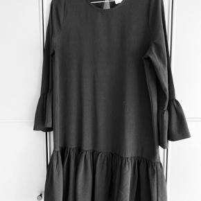 Smukkeste Ganni kjole sælges.  Den er helt sort - men kunne ikke fange det på foto 🖤  Se også gerne mine andre annoncer fra Gestuz, Ganni, Lollys Laundry mm  Byd gerne 😊