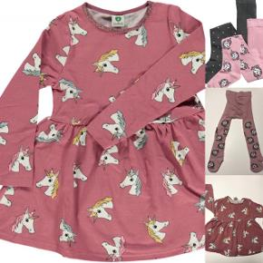 Lyserød kjole fra småfolk med enhjørninge og glimmer kant i kraven. Lidt kort i modellen.  Strømpebukserne er fra H&M. Samlet 34kr