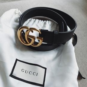 Super smukt helt nyt Gucci bælte med medium hardware i guld. Købt i forkert længde og er derfor aldrig brugt. Alt medfølger.  Nypris: 2.300 kr.
