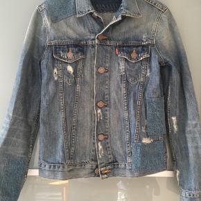 746d0a2c Fed cowboy jakke fra levis med slidt huller (købt sådan) BYD. Levi's  Denimjakke
