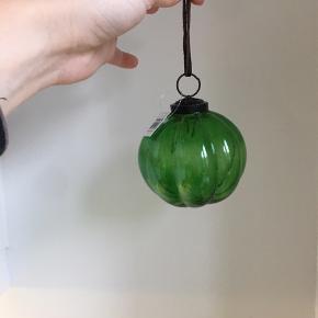 3 x flotte julekugler i mørkegrønt glas, stadig med prismærke