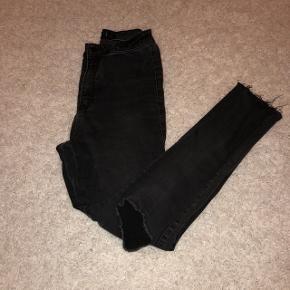jeans déchiré au genoux taille haute, taille 36, couleur gris foncé/noir prix négociablepour plus de photo venez pv ✨