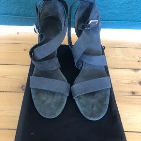 Stiletter fra Filippa K er brugt højst to gange, hvilket også er grunden til de er til salg. Man kan næsten ikke se at de er blevet brugt før. Skoene er lidt grålige sort i virkeligheden. Hælen er 10,5 cm høj. Original æske og pose medfølges. Selvom der står at skoene er i en str 39, passer det bedre at de er i en str 38 😊 prisen kan godt forhandles.