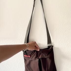 *Mindre flaws hvor strop og taske mødes samt tegn på slid i hjørnerne af tasken.  *Købt i high-end vintage butik i Paris så desværre intet OG