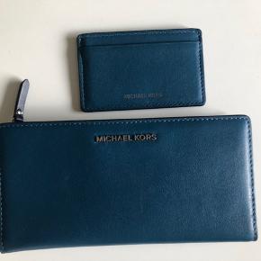 Fin pung fra Michael Kors. Limited edition og inkl. separat kortholder. Str 19x9,5 cm