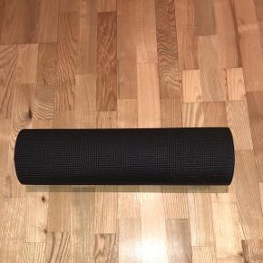 Tynd, men god yogamåtte. Har få mærker her og der. Sælges da jeg har fået en ny.