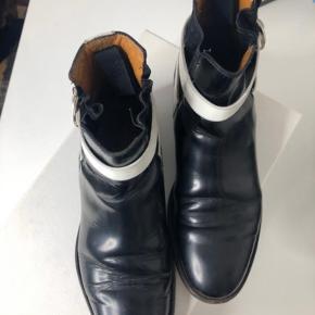Balenciaga støvler str. 37. Købt på Vestiaire, de er slidte men har stadig god tid i sig. Standen er som vist på billederne.  Original Æske medfølger.