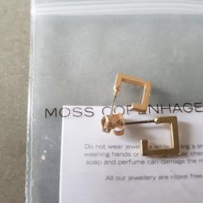 Lækre øreringe fra Moss Cph. Aldrig brugt. Kan sendes gennem TS for 37 kr, eller for 10 kr med Post Nord som brev (på købers egen risiko)