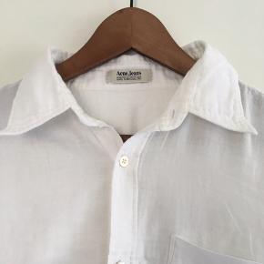 Fin skjorte fra Acne Studios i hvid i str. 50.  Den er meget blød. Pris: 200 kr. eller andet godt bud!