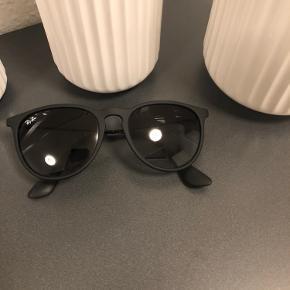 Ray Ban Erika solbrille Sort Pris: 300,-  Kan sendes på købers regning eller hentes/prøves i Ballerup