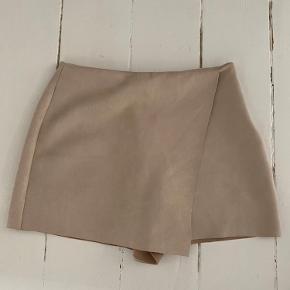 Super fine shorts fra Zara i imiteret ruskind.  Brugt få gange! Super stand :)  Lynlås i siden!  Måler ca. 70cm i livet (hele vejen rundt) og ca. 33cm lang   #GøhlerSellout
