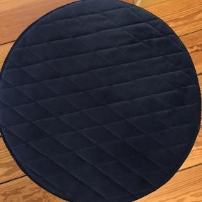 Fed mørkeblå puf i velour. Måler cirka 37 cm i højden og 35 cm i diameter