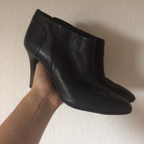 Zara - støvletter Str. 37 ALDRIG BRUGT! (Stadig med mærke) Har dog ridser under sålen da de prøvet gået med indenfor Farve: sort Hælhøjde: 9 cm Nypris: 679kr Køber betaler Porto!  >ER ÅBEN FOR BUD<  •Se også mine andre annoncer•  BYTTER IKKE!
