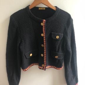 Fin lille jakke/cardigan fra Peter Jensen. 250 inkl