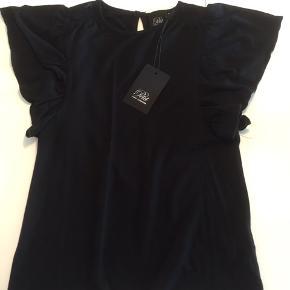 Super fin t-shirt fra Petit by Sofie Schnoor med flagermusærmer og fine blonde detaljer.  Blød og lækker, strækbar kvalitet.  115kr pp
