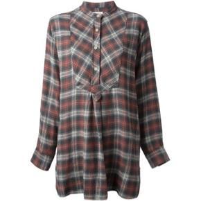 Smuk Isabel Marant Étoile skjorte i str.38, den er stor i str (svarer til en 40).  Respekter venligst at jeg ikke bytter og køber betaler porto samt gebyr ved tspay.  Den fines også i kjole som er den model ginen har på, så kan man se hvordan den sidder da det kun er længden som afgør forskellen på skjorten jeg sælger os kjolen.