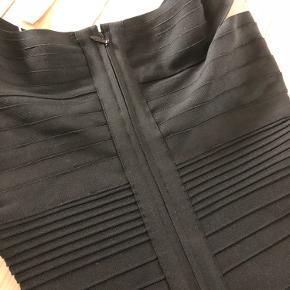 """Sindsygt flot og lækker tube-kjole fra mærket """"Si"""".  Kvaliteten er vildt god, kraftigt stof med elastisk effekt der giver kroppen facon og ikke omvendt.  Bytter ikke...  Sender gerne flere billeder ved seriøse henvendelser...   Der står str 38 i kjolen men den passes af en 34/36  #herveleger #bandagekjole  #bryllup  #kvalitet #trendsalesfund"""