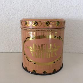 Vintage Daells Varehus bolche dåse. Måler 10 cm.