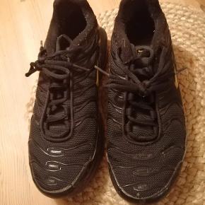 Nike TN i størrelse 40 - passer også 39.  De blev brugt lige da jeg købte dem, med siden har de bare stået og samlet støv. Skriv endelig for mere info eller bud 💜