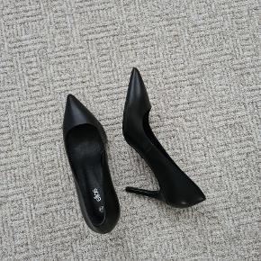 Ægte læder. Aldrig brugt. Hæl: 8,5 cm.