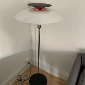 PH 80 standerlampe. Smuk og klassisk lampe. Den har nogle revner i den store skærm, hvilket ikke kan ses når den står med den side ind mod væggen. En ny skærm kan købes for 1200kr hvis dette ønskes.  Bud modtages gerne :-)