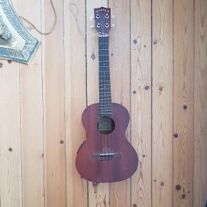 Super lœkker ukulele  En lidt støre model  God lyd  Kan sœttes til en forstœrker!