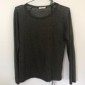 Fin IRO inspireret bluse fra Maché med huller.